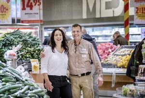 Karin, 43, och Martin Matteusson, 46, driver Ica Maxi vid Eurostop, den Ica-butik som går bäst i länet. Karin är HR och sköter ekonomin medan Martin är vd. – På storhelger är alla på kontoret ute i butiken och jobbar. Det är det som är roligt, när det är så mycket folk,  tycker Karin.