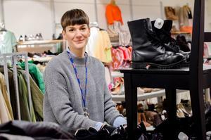 Josephine Lagerquist är biträdande butikschef. – Det är extra viktigt att fylla på hyllorna inför en sådan här helg, säger hon.
