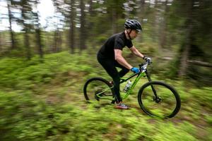 Att cykla mountainbike ger bra träning för hela kroppen. Dessutom bjuder farten in till härliga adrenalinkickar längs de smala stigarna.