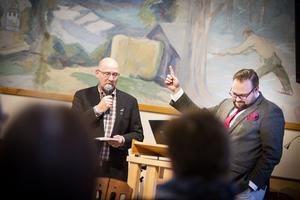 Mikael Westin och Jonas Andersson debatterade under kommunfullmäktige i Bispgården i september.