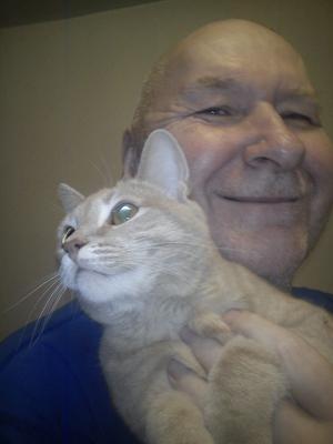 Sven Lind med katten Cheeze Oliver, en kär och nära vän.