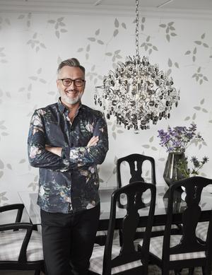 Tony Irving presenterade sin kristallkrona, inspirerad av yin och yang, på inrednings- och designmässan Formex nyligen. Lampan är ett samarbete med Markslöjd och pressbilderna, som den här, är tagna i hans eget hem.Foto: Pressbild