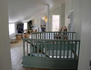 På övervåningen finns allrum och fem sovrum, och så småningom även ett badrum.