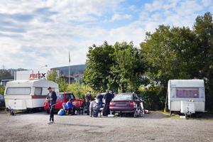 I det nya tiggarlägret, i hamnen på parkeringen mellan Lidl och vattnet, bor ett tiotal personer.