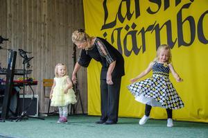 Modevisning från Nora diversehandel. Kusinerna Svea och Althea visar kläder med mormor/farmor Solveig.