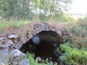 En gammal stenbro över Ganseån nere vid Idsjön i Ilsbo,  i närheten av en kvarndamm med tillhörande kvarn.
