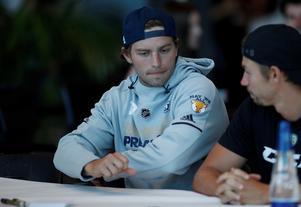Calle Järnkrok och Anton Rödin, till höger, skrev autografer till fansen.