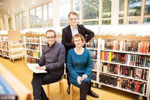 Aapo Roselius, Anders Gardberg (stående) och Annvi Gardberg är författarna till Över Branten. Anders är sonson till Carl-Rudolf och Annvi sondotter till John. Foto Sarri Kukkonen
