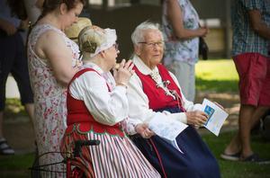 Folkdräkt var inget vanligt inslag i firandet, men de här damerna hade på sig sina dräkter.