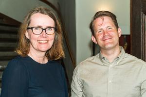 Helena Öberg, författare och kulturutvecklare på Region Västmanland, och Erik Jersenius, VLT:s kulturredaktör, är glada att kunna presentera en ny årligt novelltävling för unga i länet. Foto: Jakob Svärd