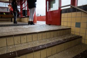 Glaskross över golvet och i trappan. Det var stor skaderisk när passagerarna skulle ta sig på glaset nedför trapporna.
