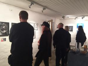 Många besökare kom till Täljstenen för att se de nio unga konstnärernas verk när det vankades vernissage.