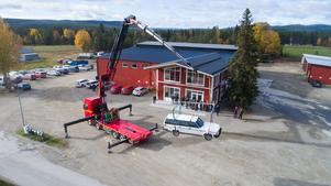 Vemservice har utvecklat en stor kran som ändå är så lätt att lastbilen kan få plats med några ton last under körning. Foto: Privat