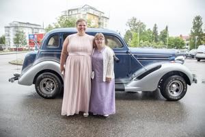 Cecilia Blomgren och Julia Axelsson anländer till balen först av alla. Julia har sytt klänningen själv.