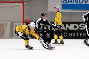 Rasmus Forslund i kamp med Fritiof Hagberg. I bakgrunden Linus Forslund (då i Broberg), den äldre av de två bröderna.