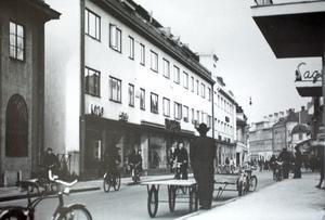 Patrik Lindström visar en gammal bild från Borganäsvägen. Fotostudion till vänster i bild. Okänd fotograf. Kanske vet läsarna något om bilden?