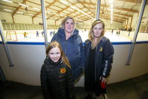 Thyra Löfkvist, 8 år, spelar i flickor B, Therese Karlsson  i mitten, mamma till Thyra, och Sandra Beime är båda ledare för hockeyskolan.
