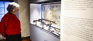 Elisabeth Breig Åsberg tittar på gevär tillverkade i Söderhamn.