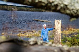 Det höga vattenståndet har lagt åkermark värd hundra tusen kronor under ytan.