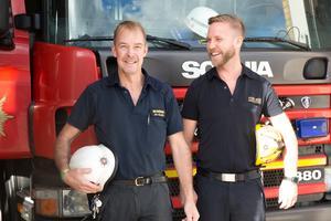 Jan Hollbeck var också plats i Särna och bekämpade branden i Särna, här med Markus Erlandsson, yttre befäl, på Södertälje brandstation