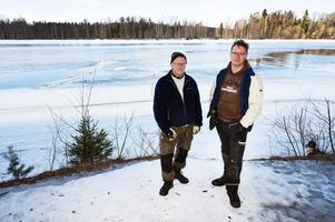 Far och son, Bosse och Robin Nylander, hjälpte till när en kvinna och hennes hund gått genom isen på Indalsälven, strax norr om Bergeforsens laxodling.