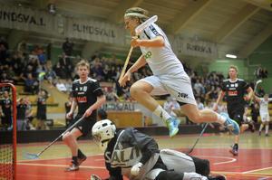 Rasmus Nilsson flyger fram efter att ha gjort matchavgörande 7–6, framspelad av Patrik Fransson.