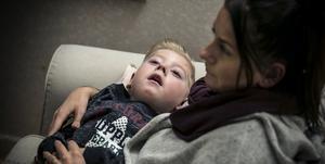 William är född med Krabbes sjukdom. Det märktes inte först. Men en efter en försvann hans förmågor, berättar mamma Alexandra Sundelin.