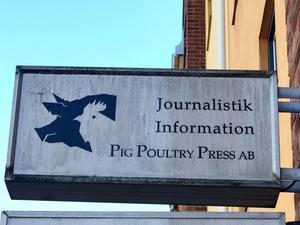 Den här skylten är inte aktuell – och har inte varit det på många år. Polisen vill inte spekulera i om någon trott att lokalerna inrymt exempelvis branschtidningen för svenska äggproducenter och därför anlagt eld i lokalerna.