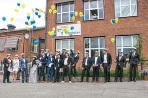 Enligt Pihlskolans tradition släpper studenterna iväg ballonger.