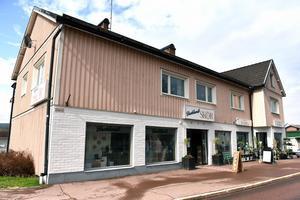 Fint att en liten skruttig butik som Backlunds skor kan bistå med så mycket, förklarar Johanna Petersson som driver affären.