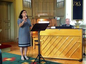Carolina Sondell sjunger till Thomas Sondells pianoackompanjemang
