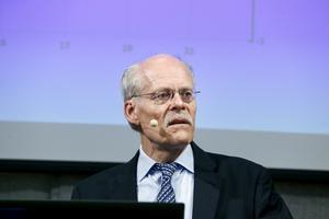Hur påverkas politiken av en lång period med negativ ränta från Stefan Ingves och Riksbanken, undrar krönikören.