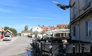 Under soliga sommardagar finns uteserveringen att tillgå. Både runt husknuten och på närliggande Hamntorget.