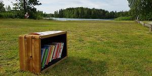 En av boklådorna står på badplatsen vid Kvarnsjön. Foto: Arboga kommun