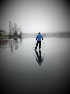December. Lite vatten på isen skapade denna vackra spegling. Fotografen hade nybörjartur och knep förstaplatsen bland flera tjusiga vinterbilder. Foto: Lena Ekman