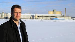 Köpings tekniska chef, Christer Nordling vid det område som är tänkt att ta emot muddringsmassorna när arbetena kommer igång tidigast om två år.
