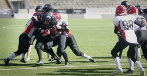 Minmin Zhao med bollen i en av flera attacker för Örebro Black Knights.