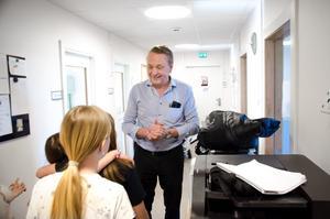 Den nye huvudägaren Hans Bark träffade elever på skolan efter hans möte med personalen.