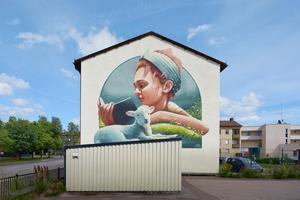 Svenska konstnären Yash gjorde den här målningen i Filipstad när Artscape genomförde ett stort projekt i Värmland. Foto: Anders Lipkin