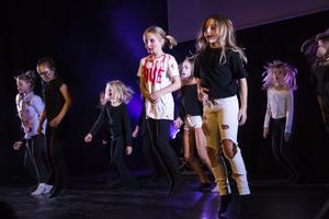 EstradLjusdal uppträdde under modevisningens pauser. Här dansar en av barngrupperna till Lady Gagas Poker face i halloweensminkning.