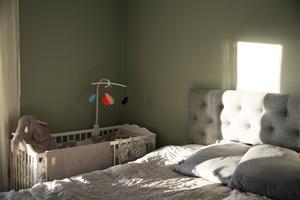 Inne i sovrummet står bland annat spjälsängen till Tuva.