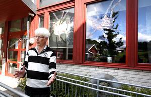 Rektor Kurt Hjalmarsson räknar totalt 17 krossade rutor.
