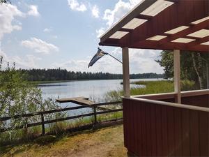 Stuga vid sjön Gensen med öppen spis och kök med vedspis. Foto: Fastighetsägaren