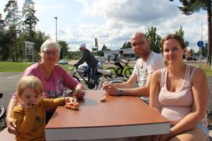 Julina, 2, Ros-Marie Larsson, Magnus Larsson och Linda Nilsson besökte också snabbmatsrestaurangen.