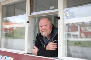Lars-Ove Gerlström blev glatt överraskade när det visade sig att han hade blivit ägare till den legendariska kiosken i Ramsberg. Den ingick nämligen i köpet av det gamla kommunhuset.