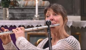 Anna-Karin Adolphsson visar här upp en ny sida då hon lämnat kyrkorgeln och spelar tvärflöjt under musikgudstjänsten.