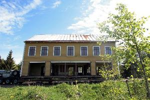 Så här såg huset ut när det flyttats på plats. I fasaden gapar stora, tomma hål efter de stora butiksfönstren.