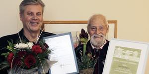 Bengt Eklund och John-Erik Eggens fick ta emot blommor, applåder och diplom vid årets sista fullmäktige. Foto: Martin Litens, Rättviks kommun.