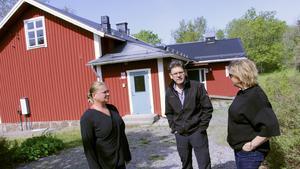 Anki Willix, Peter Wahlfort och Britta Lundqvist är alla tre medlemmar i Singö Utveckling, en ekonomisk förening som blivit lovad att få köpa fastigheten.