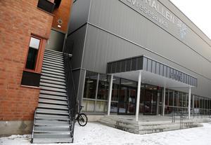 Wargentinsskolans matsal ligger inne i Sporthallen, en lokal som ägs av kommunen varifrån skolan köper tjänsten med måltider och lokal.